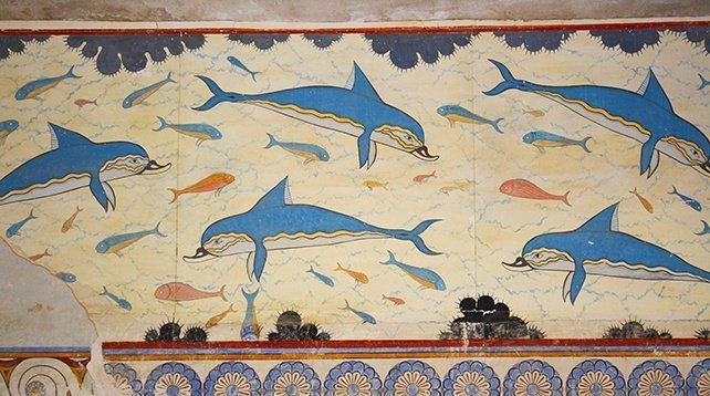 Minoan art focused on nature and did not depict glorifications of brutality or war